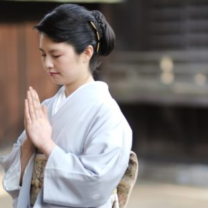 神社のお参り作法「手を叩く」意味→仏壇で手を叩かないのはなぜ?
